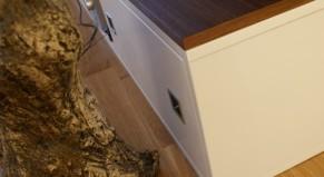 Komoda rtv, wykonana z mdf lakierowanego. Przykryta blatem z orzecha amerykańskiego. Zastosowaliśmy system drzwi przesuwanych.