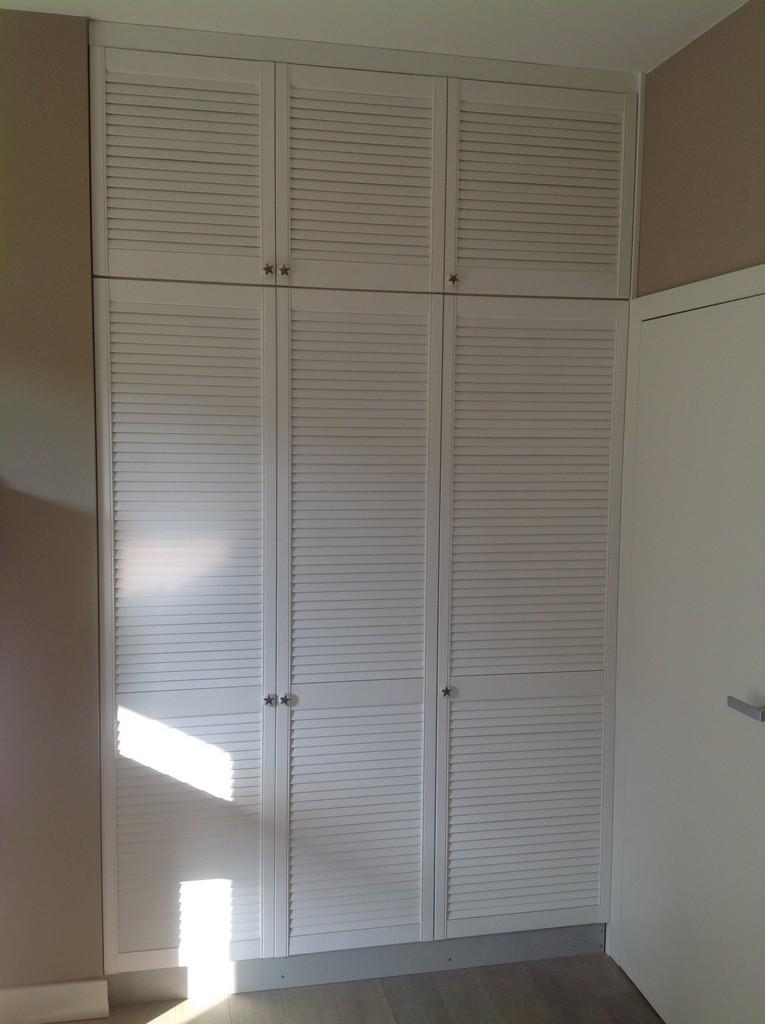 wykonane meble szafa z lakierowanymi drzwiami ażurowymi